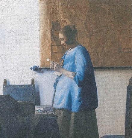 Donna in blu che legge